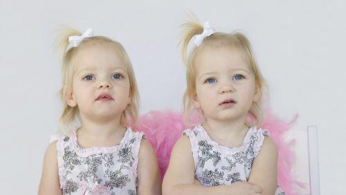 Das Bild zeigt ein kleines weibliches Zwillingspärchen.