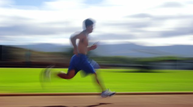 Man sieht einen Mann, der schnell rennt.
