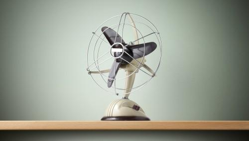 Ventilator steht auf Tisch