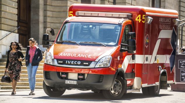 Man sieht einen Rettungswagen vor einem Haus in Genf (Schweiz).
