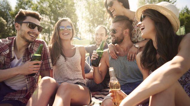 Eine Gruppe junger Leute feiert mit Alkohol.