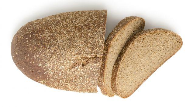Man sieht einen Laib Brot und zwei aufgeschnittene Scheiben.