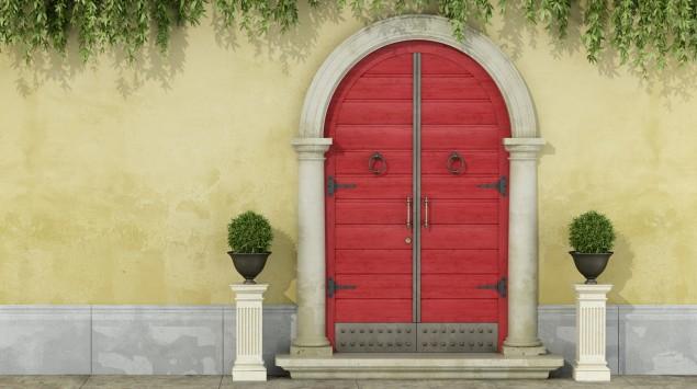 Man eine Flügeltür, bei der scheinbar ein Gesicht zu erkennen ist.