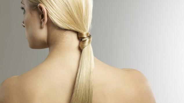 Rückansicht einer blonden Frau.