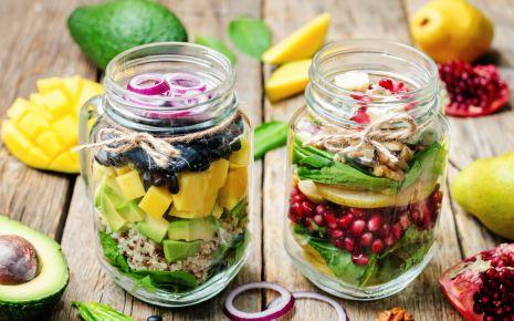Clean Eating: Man sieht zwei Gläser mit Schichtsalat.