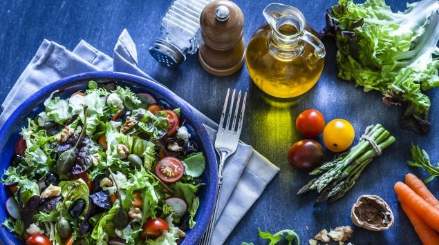Salat mit Nüssen und Tomaten
