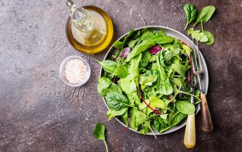 """Der Kalorien-Sieger ist eindeutig Kopfsalat. In der Kategorie """"Vitamine und Mineralstoffe"""" gewinnt jedoch Spinat, gefolgt von Feldsalat und Rucola. Im Hinblick auf ihren Schadstoff-Gehalt gehören diese Salatsorten zwar nicht zu den saubersten. Wer Bio-Ware kauft, diese gründlich wäscht und nicht jeden Tag verzehrt, hat aber in der Regel keine Risiken zu befürchten."""