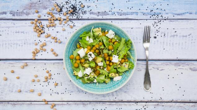 Ein Teller Salat. Mineralstoffe sind wohl in pflanzlichen als auch in tierischen Nahrungsmitteln enthalten.
