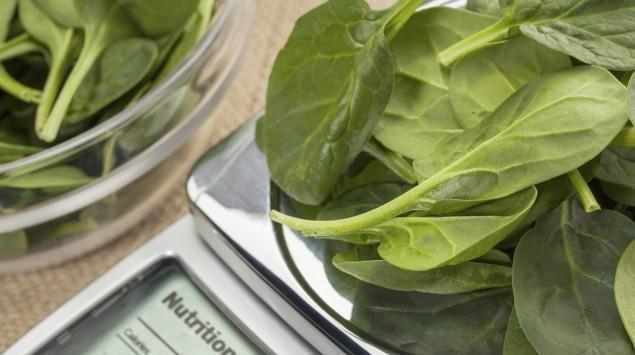 Das Bild zeigt etwas Blattsalat auf einer Waage.