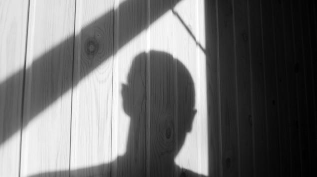 Der Schatten eines Mannes: Experten zufolge wird die häusliche Gewalt durch die Corona-Krise zunehmen.