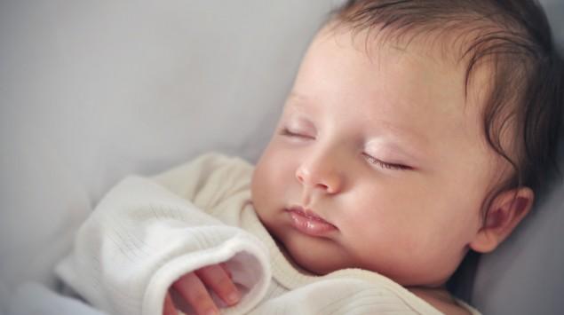 Ein Neugeborenes schläft.