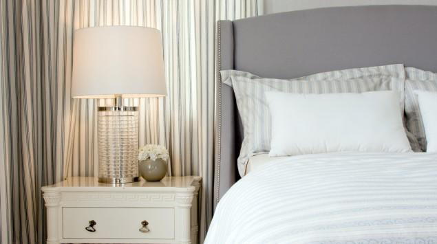 Ein romantisch eingerichtetes Schlafzimmer.
