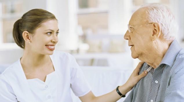 Eine Krankenschwester spricht mit einem Patienten