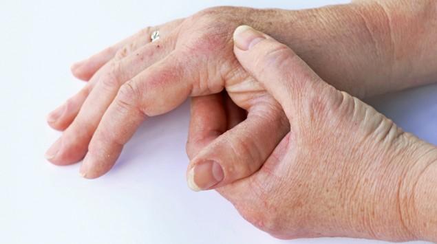 Eine Frau hat Schmerzen in den Handgelenken.