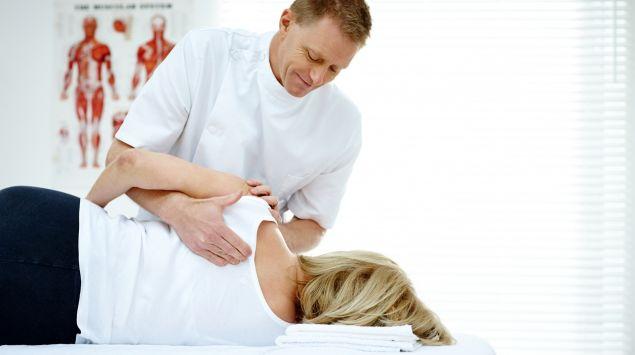 Ein Orthopäde / Osteopath behandelt eine Patientin.