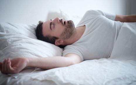 Trockener Mund: Ein Mann schläft mit offenehm Mund.