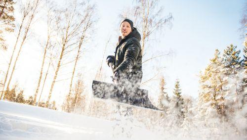 Ein Mann beim Schneeschippen.