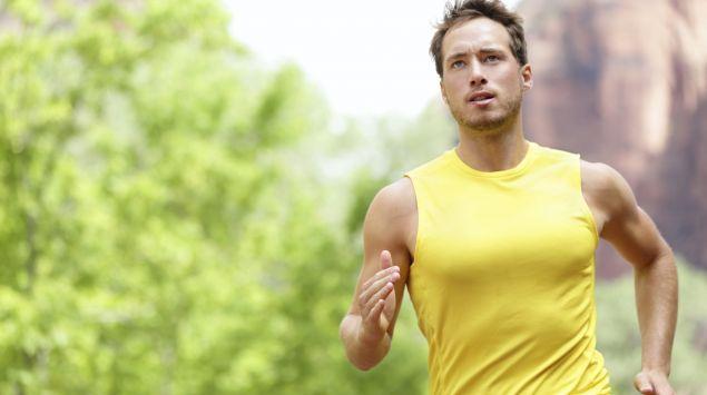 Man sieht einen jungen Mann beim Laufen.