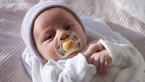 Baby mit Schnuller