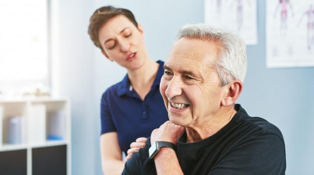 Schulterschmerzen zählen zu den wichtigsten Symptomen einer Rotatorenmanschettenruptur.