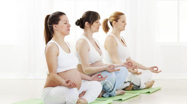 Drei Schwangere beim Yoga