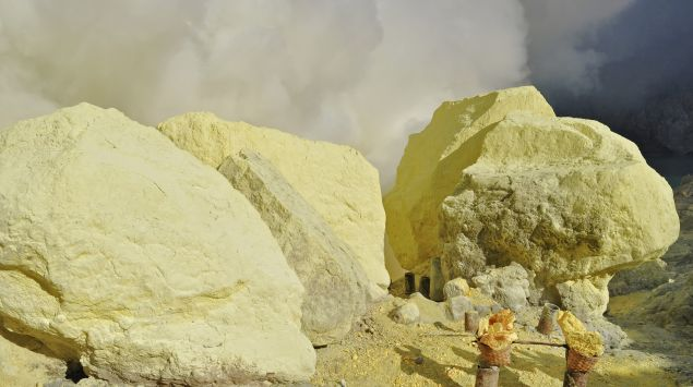 Das Bild zeigt einen Fels aus Schwefel.