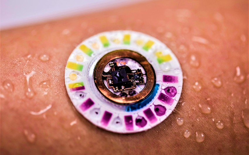 Die neuartigen Schweiß-Tracker sind etwa so groß wie eine 1-Euro-Münze und kleben direkt auf der Haut.