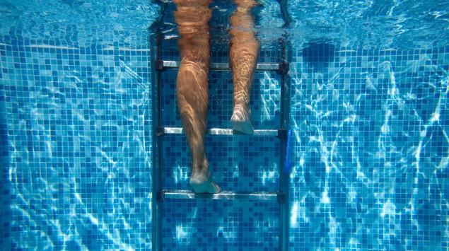 Jemand steigt aus dem Schwimmbecken.