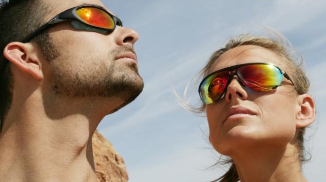 Das Bild zeigt einen Mann und eine Frau mit Sonnenbrillen an einem heißen Tag.
