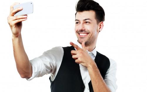 Mann macht Selfie und begrüßt sich selbst