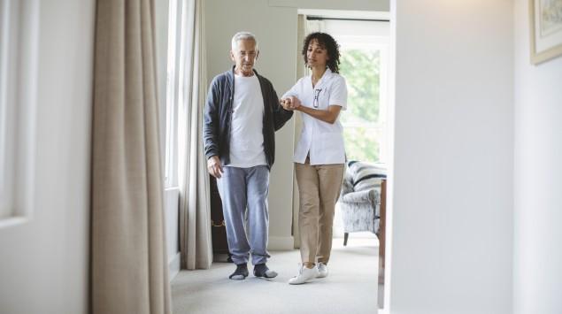Eine Physiotherapeutin behandelt einen Mann.