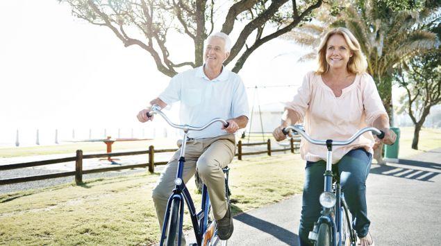 Das Bild zeigt ein älteres Paar beim Radfahren.