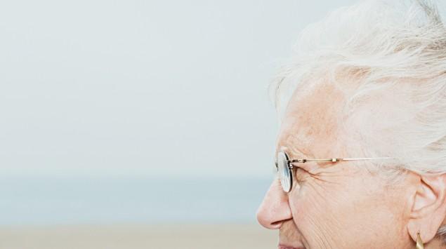 Eine ältere Frau im Profil.