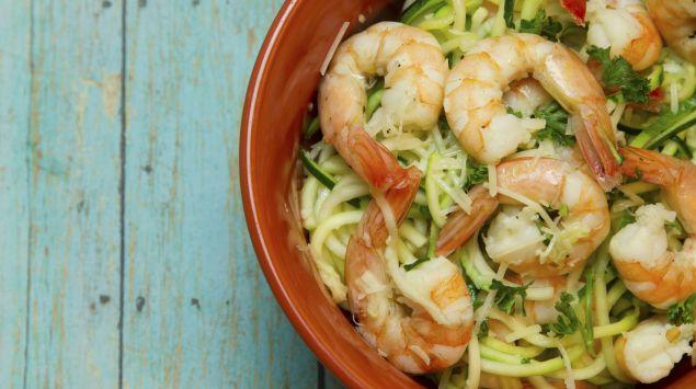 Das Bild zeigt eine Schüssel mit Shrimps und Zucchini-Nudeln.