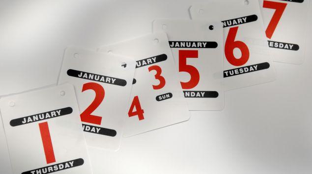 Man sieht sieben Tageskalenderblätter.