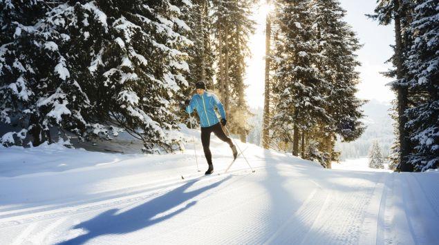 Man sieht einen Mann beim Skilanglauf.