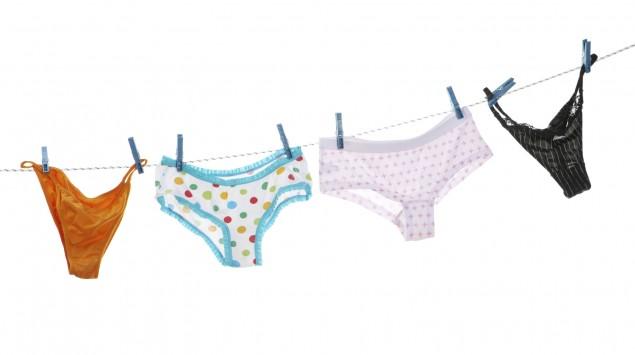 An einer Wäscheleine hängen vier verschiedene Slips.
