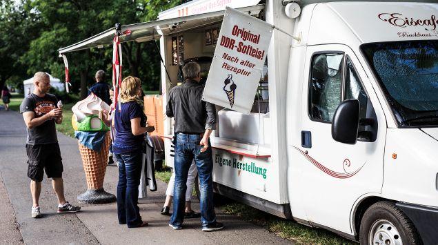 Das Bild zeigt einen Eiswagen mit Softeis.