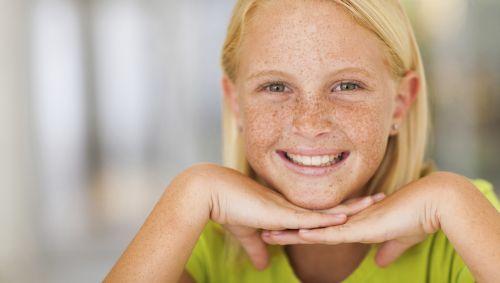 Ein junges Mädchen mit Sommersprossen.