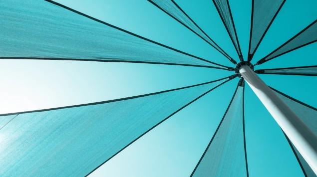Ein blauer Sonnenschirm.