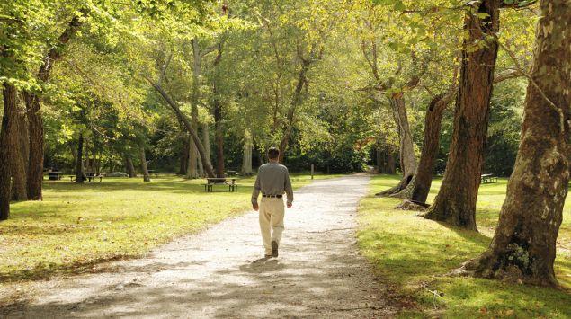 Ein Mann macht einen Spaziergang im Park.