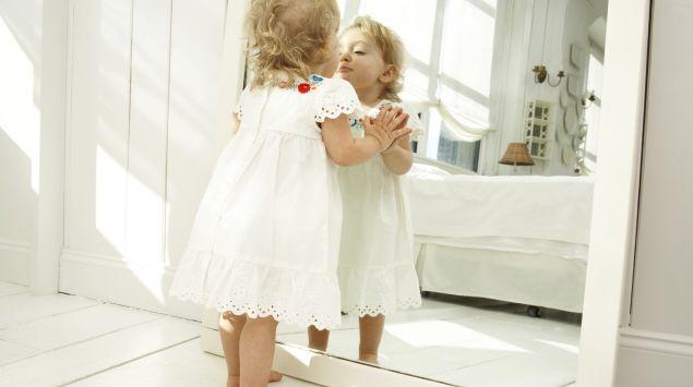 Mädchen küsst sein Spiegelbild