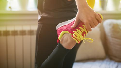 Eine Frau macht sich fertig fürs Workout zu Hause