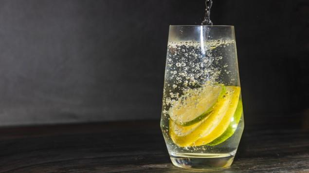 Sprudelwasser mit Zitrone