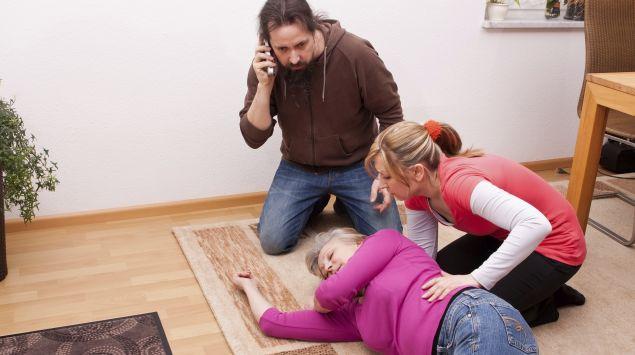 Eine bewusstlose Frau liegt in der stabilen Seitenlage.