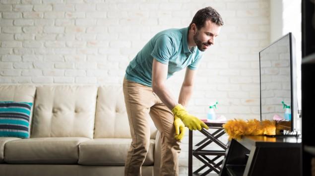 Ein Mann putzt die Wohnung.