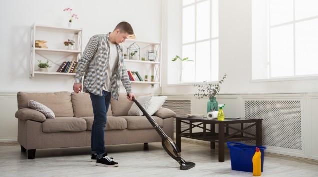 Ein junger Mann macht sauber.