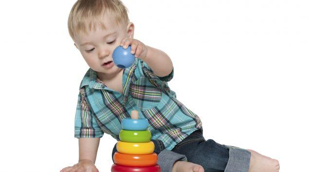 Kleinkind spielt mit Steckspielzeug.