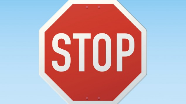 Stop-Schild vor blauem Himmel