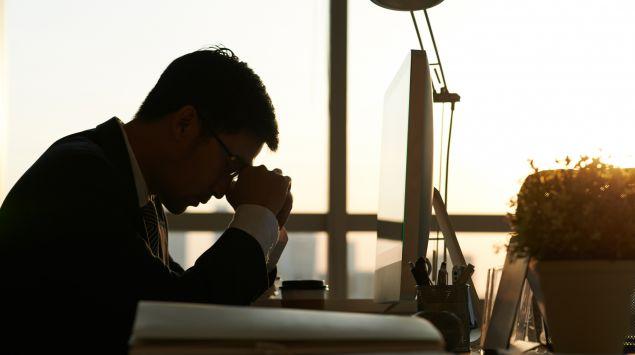 Das Bild zeigt einen gestressten Mann vor dem PC.
